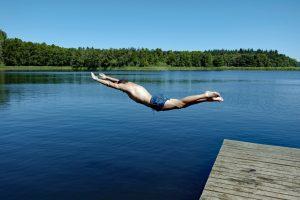 Kein Kopfsprung in flache Gewässer: Besonders junge Männer riskieren regelmäßig Querschnittlähmungen